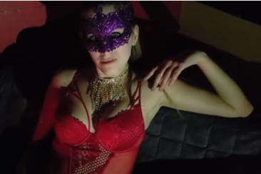 Álarcban baszás egy pornómoziban